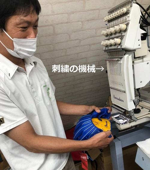 刺繍用の機械でグローブに名入れするりゅうじさん