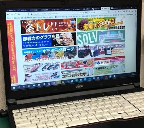 サイト制作中のノートPCの画面。SOLVのバナーが写っている