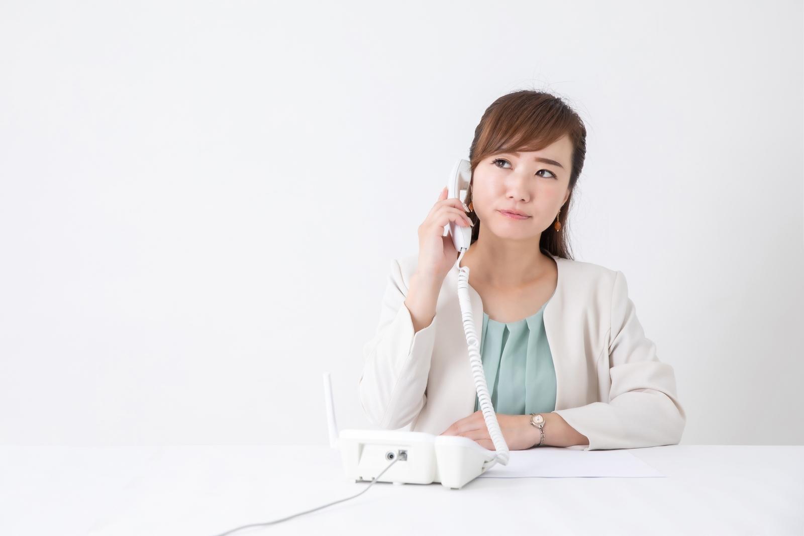 電話で困っている女性の画像
