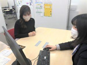 ノア教室でまつだが操作しているPC画面を見ているかほさん