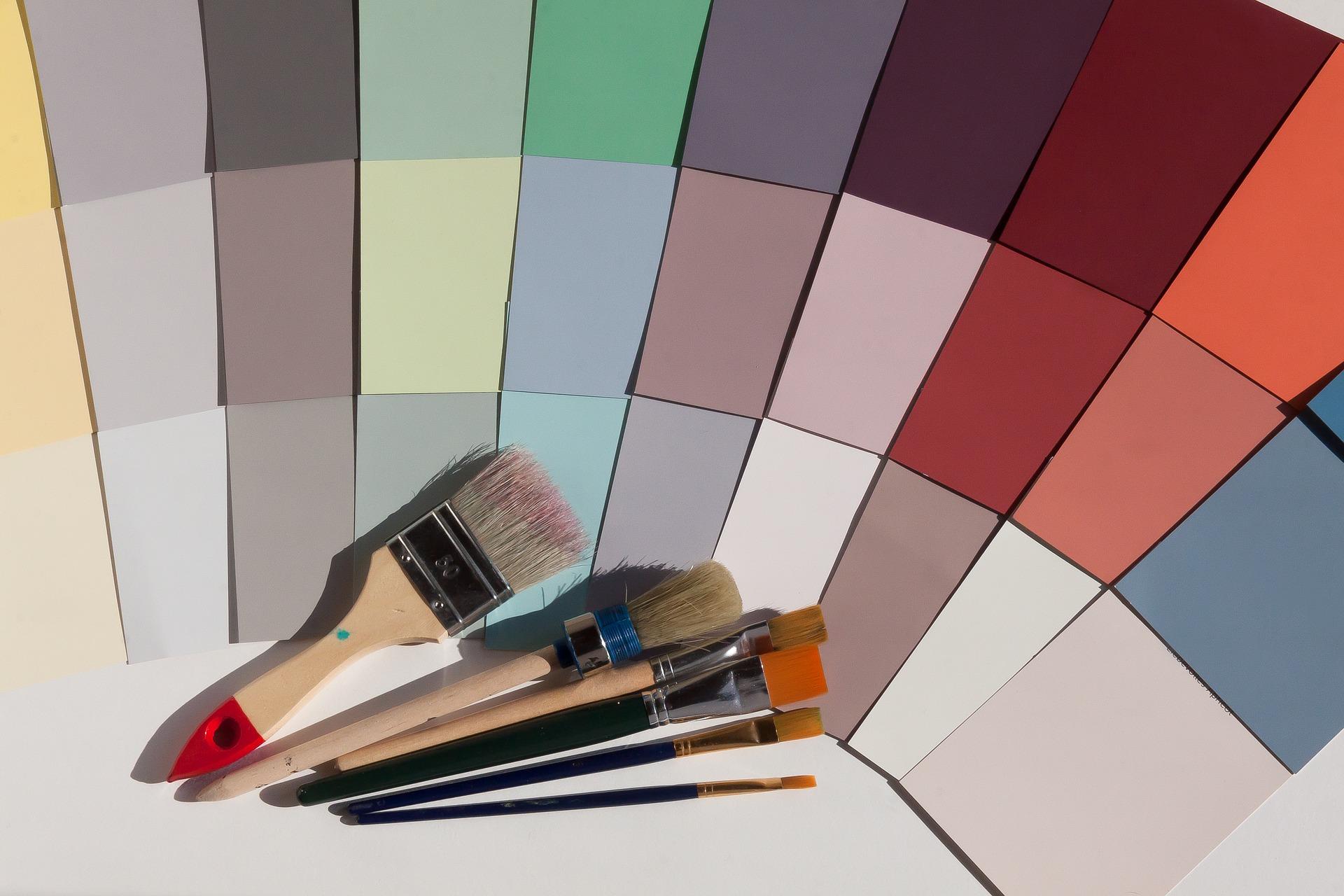 筆と色とりどりの画用紙が広げられている