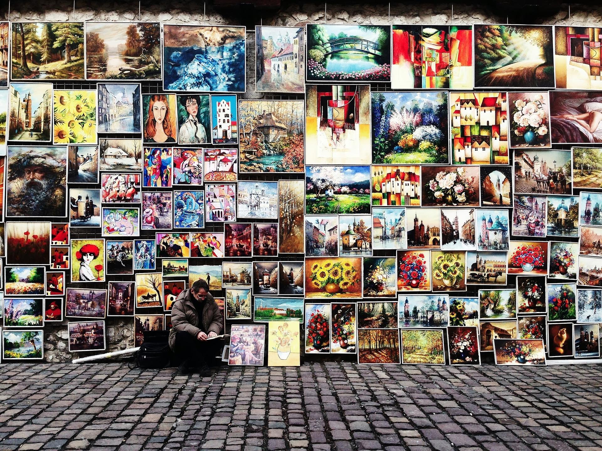 様々なポスターが壁に飾られている