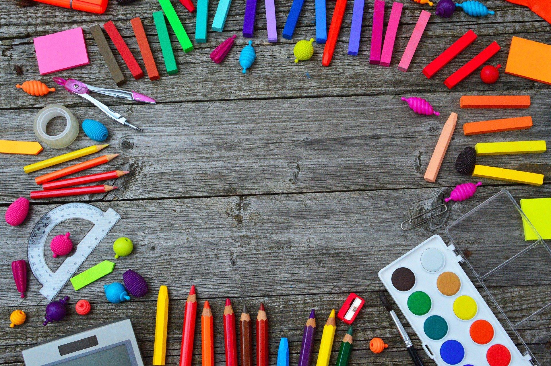 色とりどりの筆記用具が床の上に散らばっている