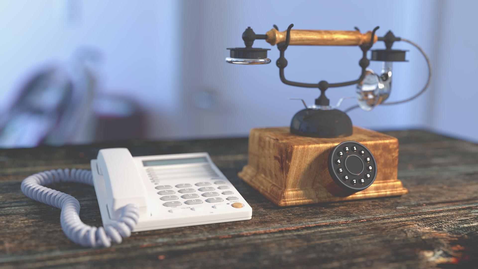 古い昔の電話機と最新の電話機