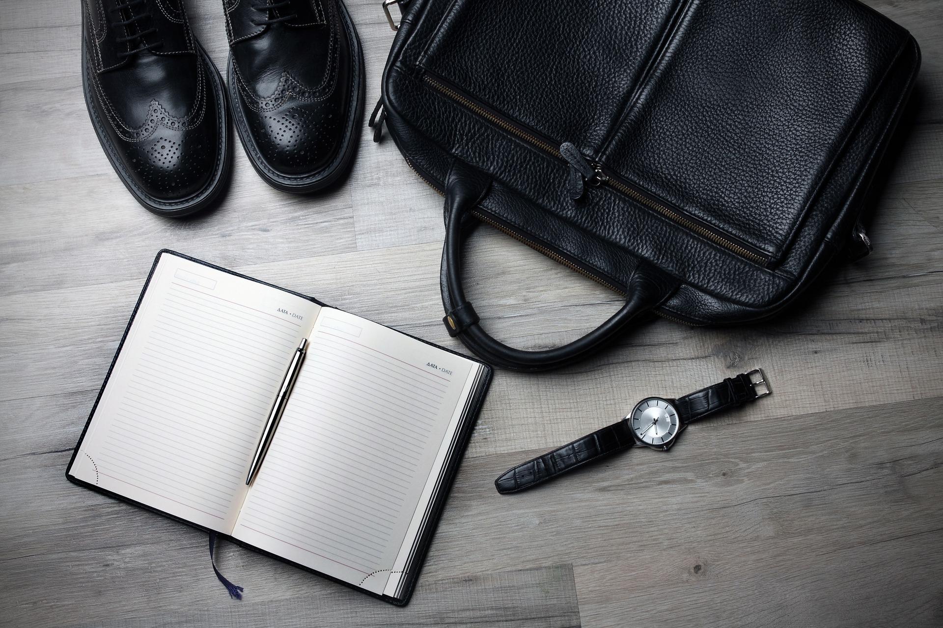 ビジネスマンに必要なシューズやバッグなどが並べられている